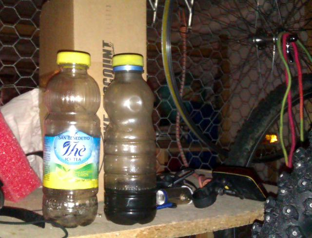 Две бутылки для мытья цепи