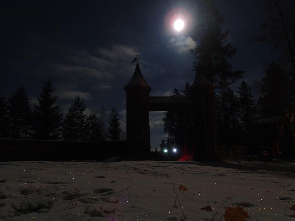 Ночной бревет к крепости под полной луной