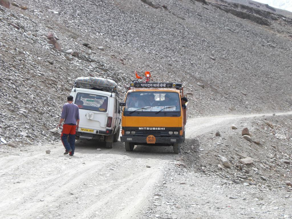 Cars passing under Kunzum Pass